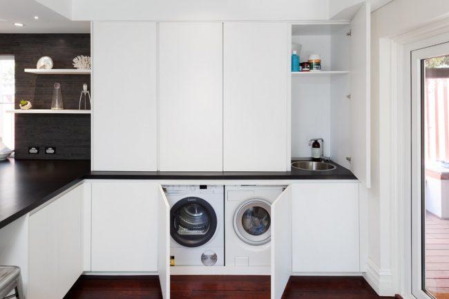 Благодаря установке стиральной машины в кухне можно сэкономить места в ванной комнате