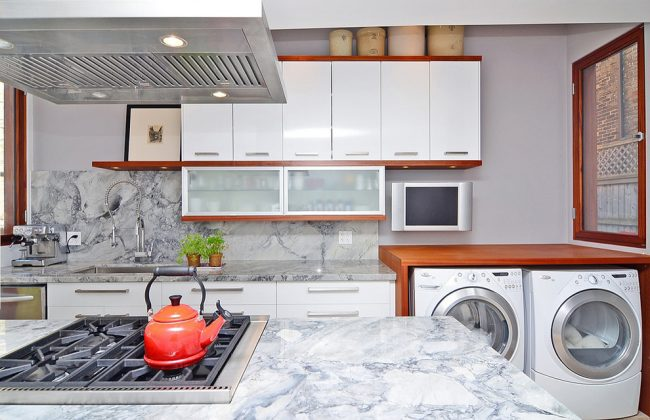 Столешницу над стиральной машинкой можно использовать как полочку