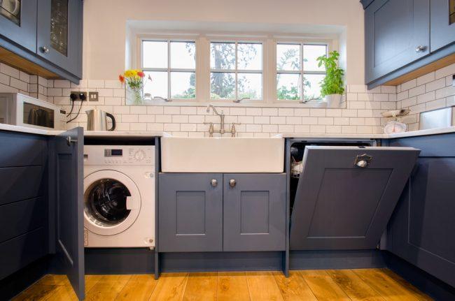Один из вариантов маскировки стиральной машины в кухне