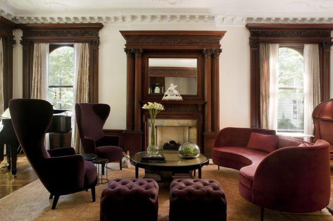 Резные багетные конструкции могут визуально увеличивать окна и отлично дополняют эклектичный дизайн интерьера