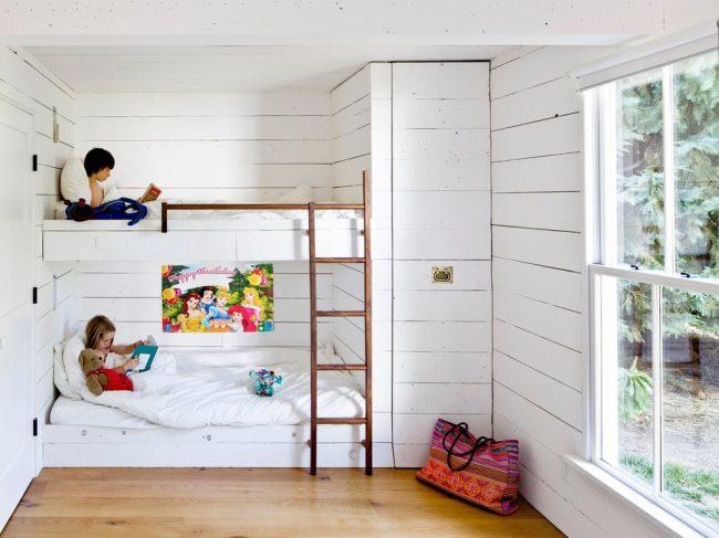 Двухярусная встроенная кровать с небольшим шкафом отличный вариант для дачного домика
