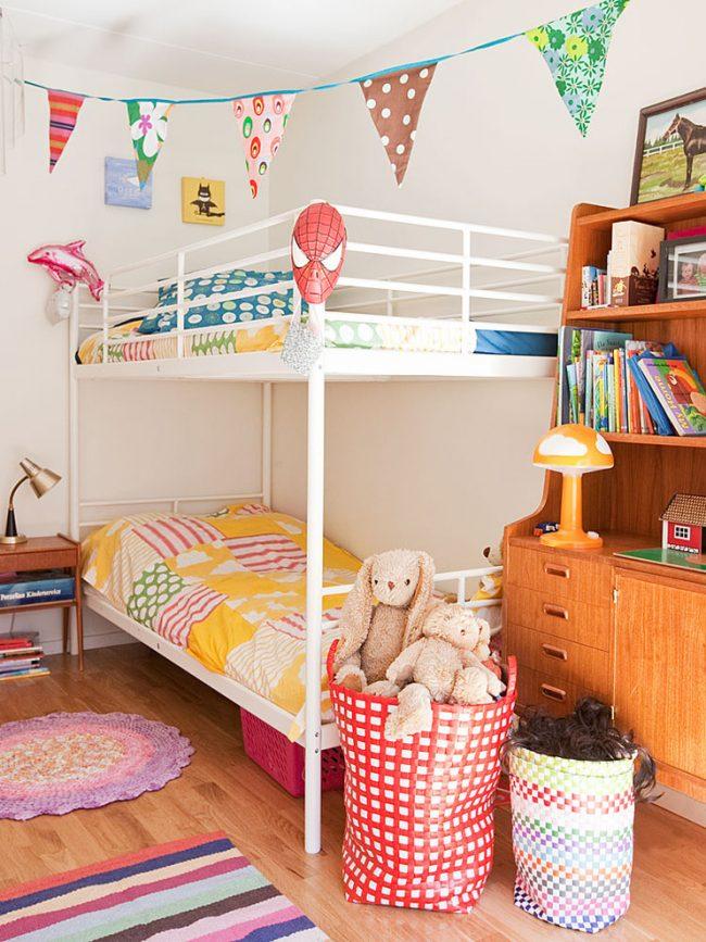 Двухярусная кровать поможет сэкономить пространство в небольшой спальне