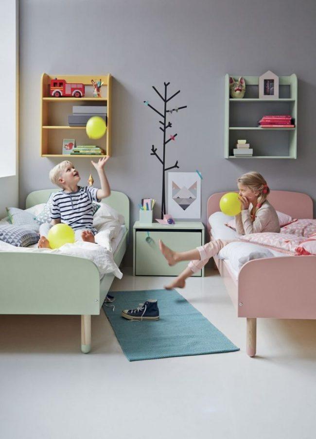 Параллельное расположение кроватей в комнате разнополых детей