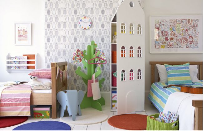 Дизайн детской комнаты: разделение пространства в комнате разнополых детей при помощи красивого шкафчика для игрушек в виде дома