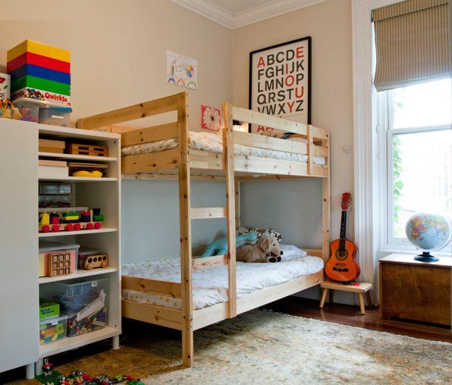 Мальчишкам любого возраста прекрасно подойдет двухярусная кровать и совместный шкафчик для личный вещей