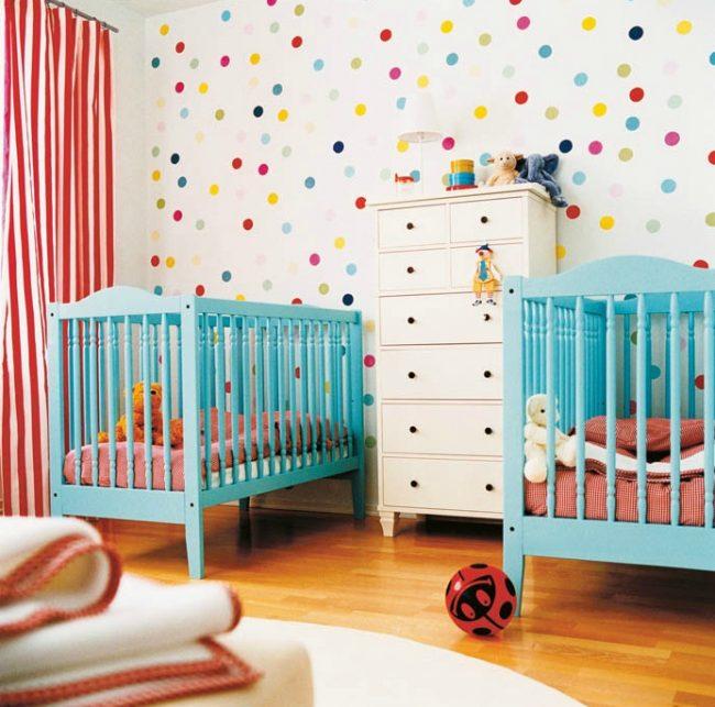 Красочная детская комната для деток дошкольного возраста