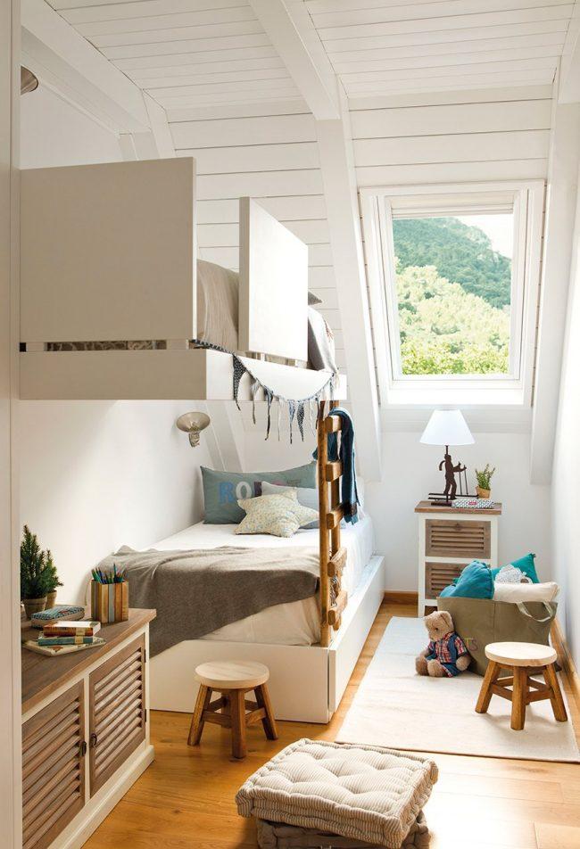 Двухярусная кровать для малышей в узкой комнате