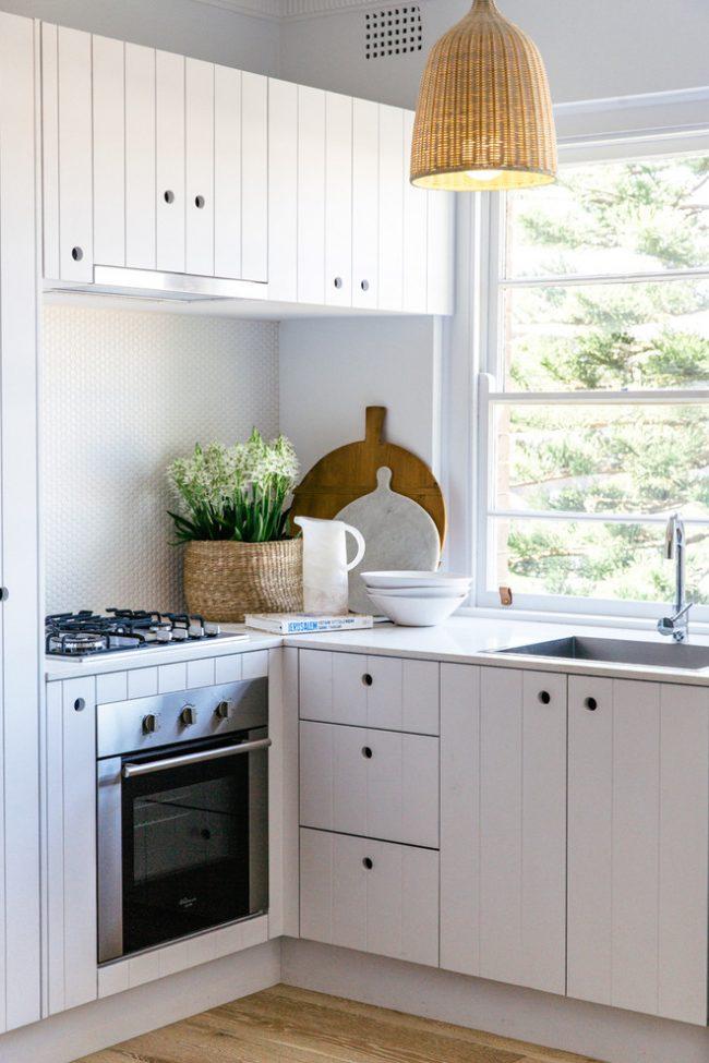 Отличным дизайнерским решением для владельцев маленькой кухни станет максимальное использование белого цвета, такое цветовое решение поможет не только визуально увеличить пространство, но и придать интерьеру более аристократичный вид