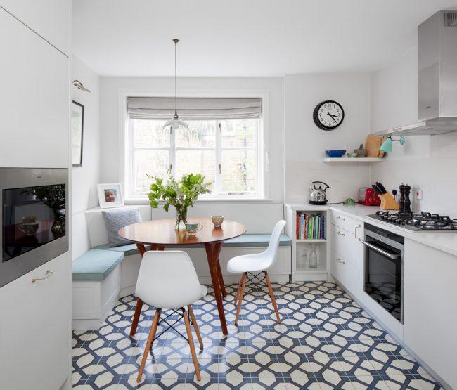 Белый и светло-зеленые цвета помогут привнести в интерьер вашей кухни нотку спокойствия и уюта