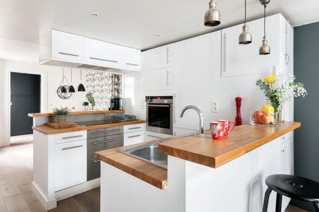Кухня в стиле лофт станет не только отличным дизайнерским решением для малогабаритной кухни, но еще и бюджетным вариантом, ведь для создания такого стиля не нужно подбирать что-то особенное