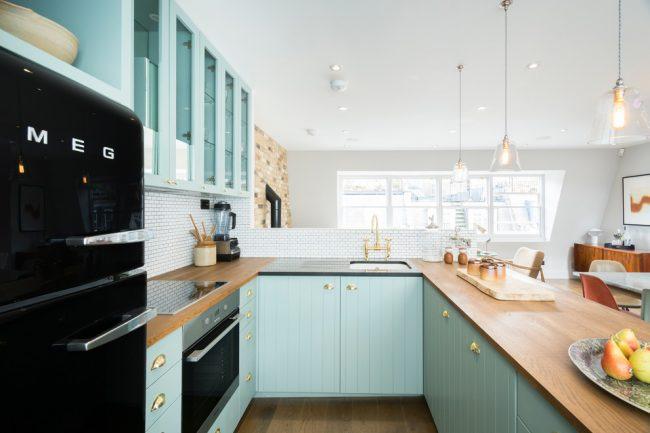Белый цвет шкафов кухонного гарнитура с П-образной планировкой – это самый популярный вариант оформления современных кухонь, однако не стоит ограничиваться этими цветами, можно внести и несколько ярких акцентов в вашу кухню