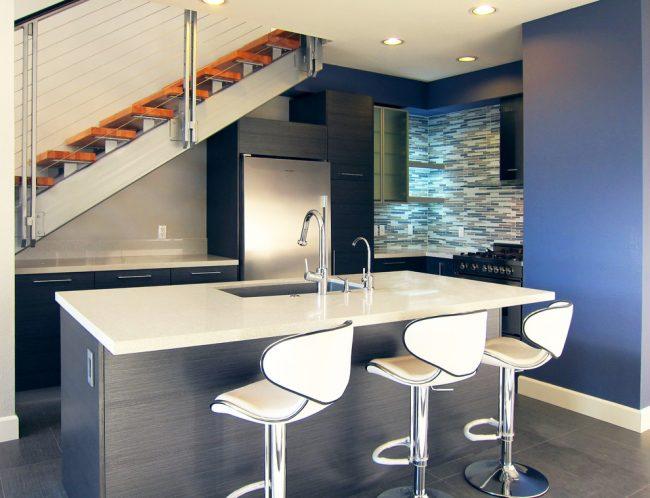 Прекрасным решением для кухни с небольшой площадью станет глянцевая плитка или ламинат с дощатой имитацией