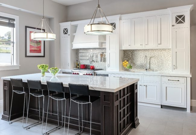 Яркая или необычная люстра поможет вам разнообразить интерьер вашей кухни