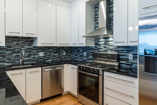Чтобы маленькая кухня визуально казалась больше, нужно как можно больше света, а еще отличным вариантом станут блестящие поверхности, которые будут отражать свет