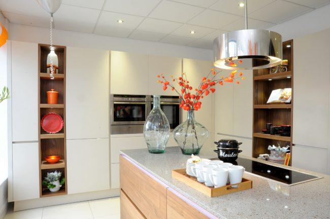 Встроенная бытовая техника призвана максимально облегчить домашний труд хозяйки на кухне, а еще такая техника поможет значительно сохранить пространство небольшой кухни