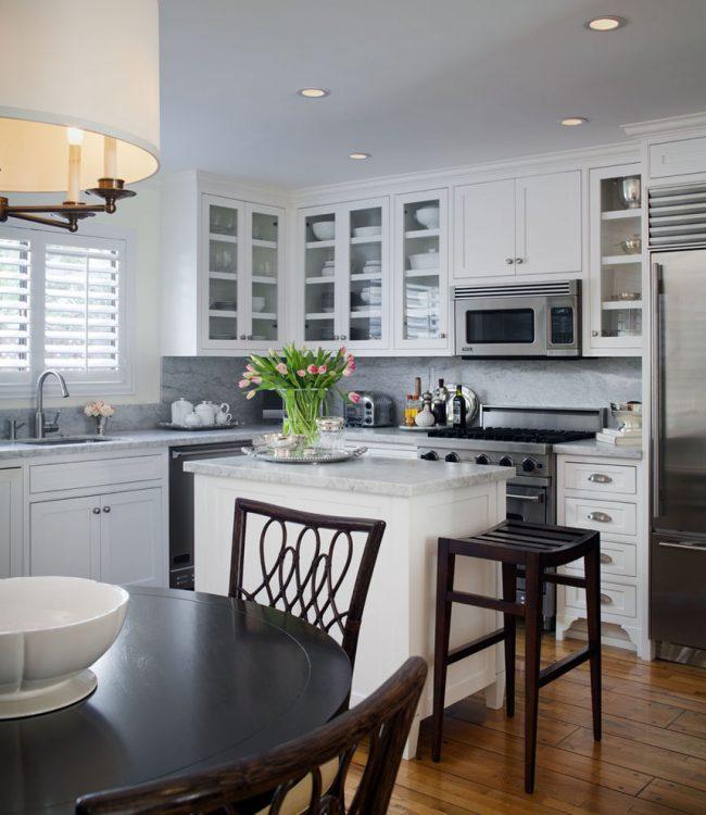 Для маленькой кухни нужно как можно больше естественного света, нужно отказаться от громоздких штор с рисунками, отличным решением станут римские шторы или жалюзи
