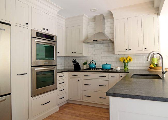 На маленькой кухне нужно максимально использовать пространство, лучше выбирать вместительную мебель, что бы не загромождать рабочие поверхности