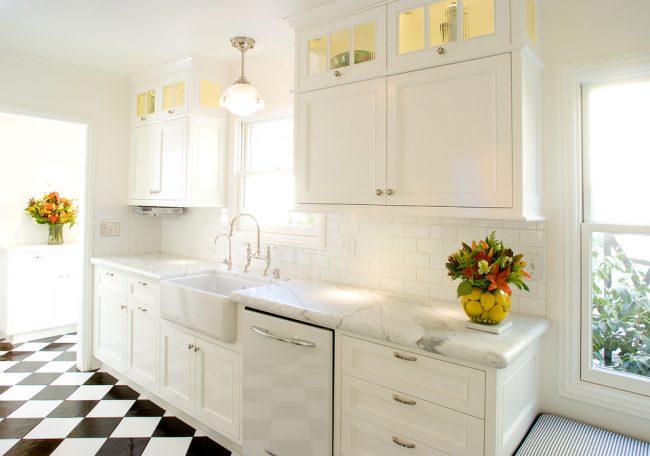 """Владельцам небольших кухонь лучше всего будет отказаться от громоздких картин и узоров на стенах, ведь они зрительно """"съедают"""" пространство вашей кухни"""