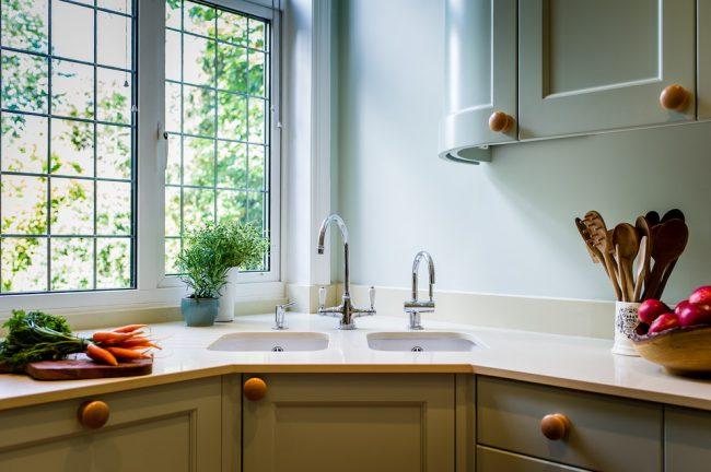 Угловые мойки идеальны для маленькой кухни, ведь они экономят драгоценные сантиметры рабочей поверхности и максимально используют пространство