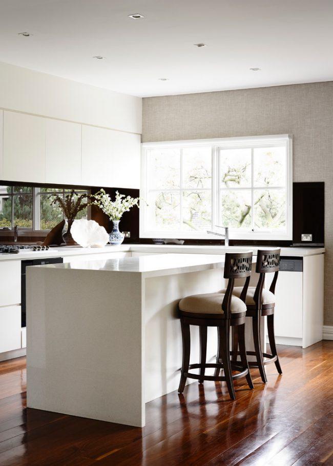 Барная стойка на кухне может стать интересным, функциональным элементом современного домашнего интерьера, который поможет сохранить драгоценный метры на маленькой кухне