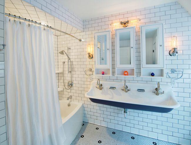 Размеренное освещение в ванной может зрительно увеличить пространство