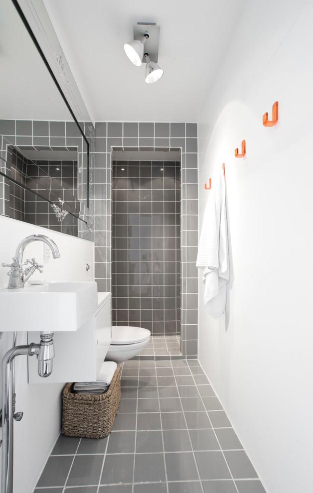 Белая длинная стена с зеркалом установленным напротив визуально расширяет помещение