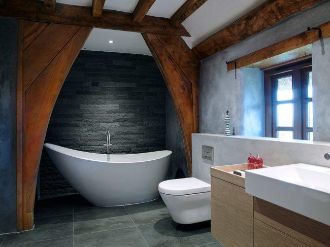Выделенная зона ванной необычной деревянной аркой