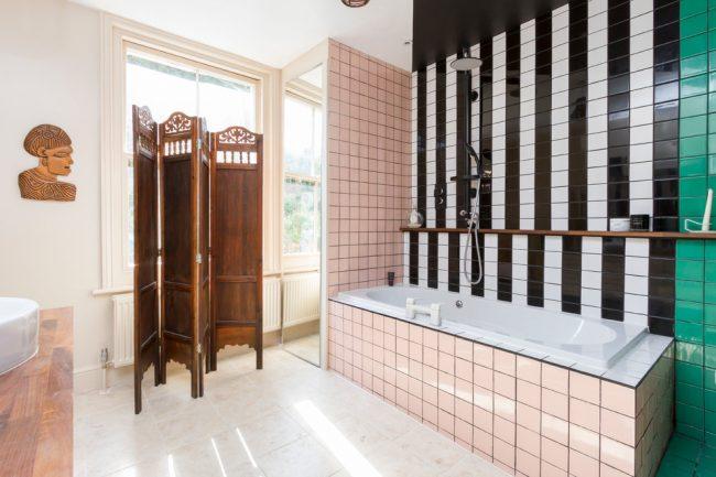 Разнообразие расцветок плитки в ванной комнате в стиле эклектик