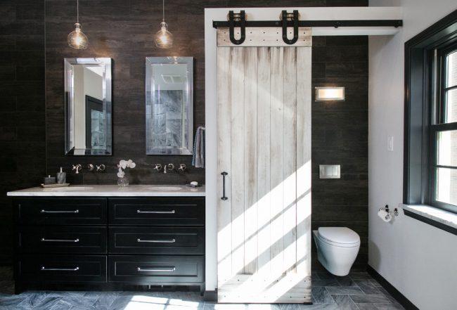 Совмещенный санузел с дизайнерской символической дверью