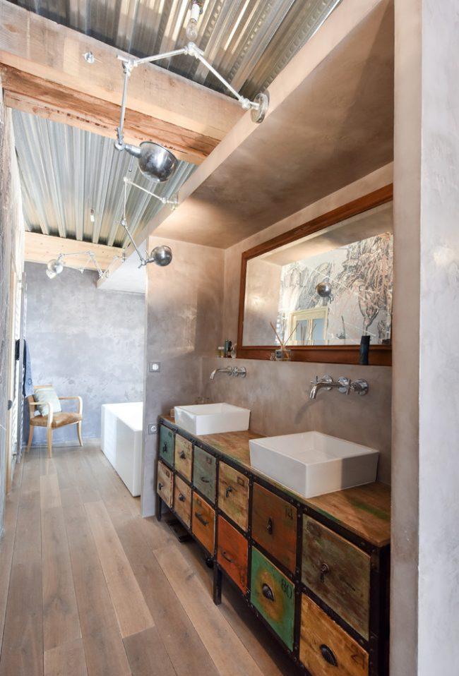 Мебель, находящаяся в нише, позволит свободно передвигаться в ванной комнате