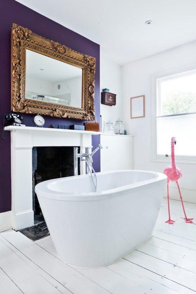Роскошное сочетание белого с фиолетовым в классической ванной комнате