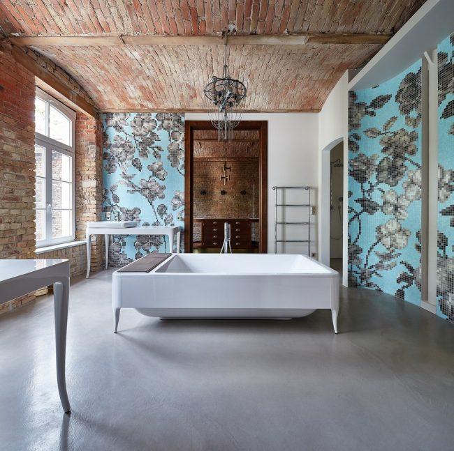 Просторное помещение для ванной в стиле лофт с отделкой стен мозаикой