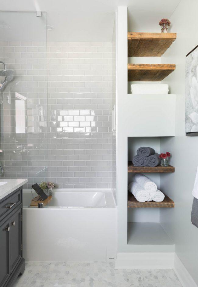 Светлая ванная в глянцевой плитке и с маленькими встроенными полочками