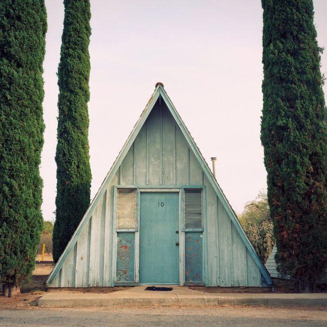 Красивый А-образный домик с отделкой состаренным деревом