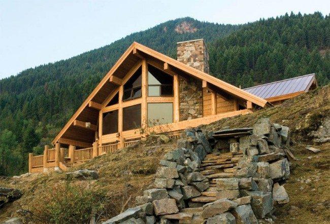 Горный домик в стиле шале под огромной треугольной крышей из дерева