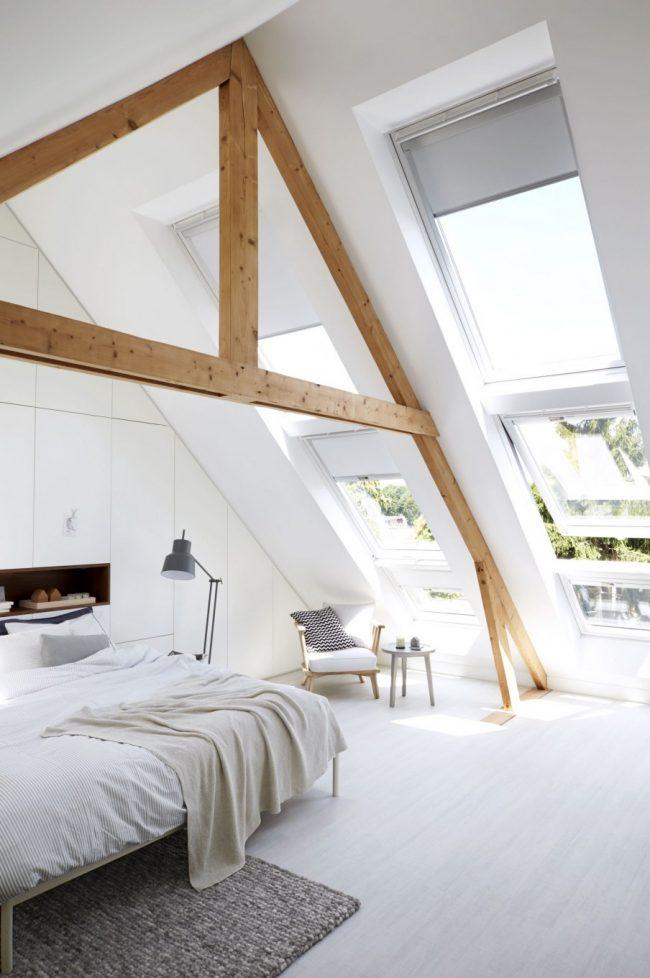 Спальня в скандинавском стиле с деревянной необработанной балкой