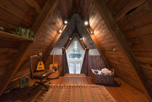 Дом-шалаш: фото деревянной отделки внутри треугольного дома