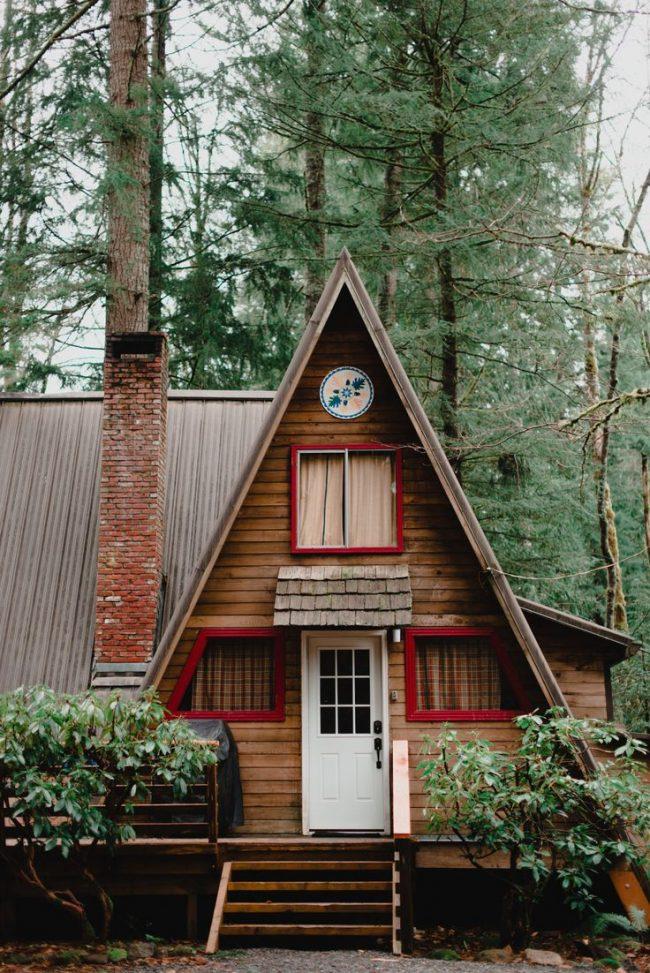 Небольшой домик треугольной формы с небольшими пристройками