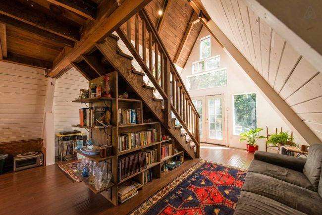 Экономия места с помощью размещения домашней библиотеки под лесницей