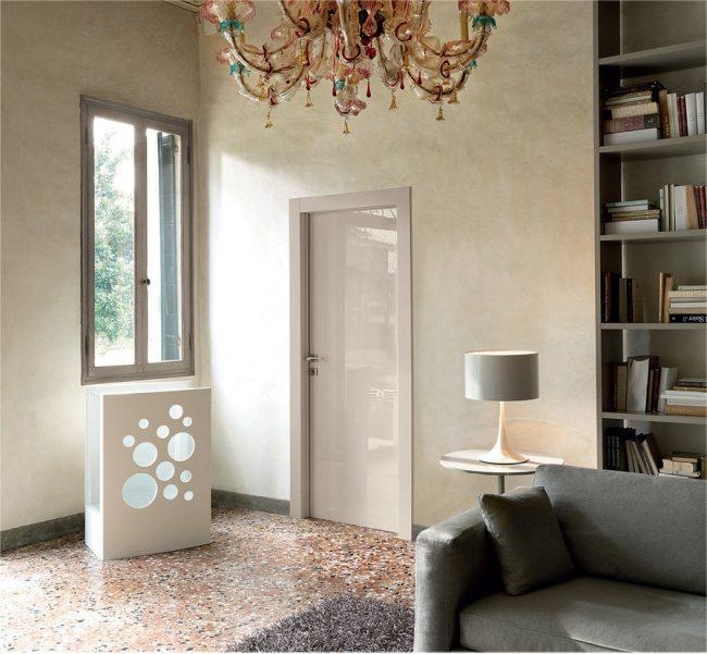 Элегантные глянцевые двери в классической гостиной