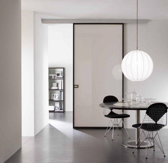 Интерьер в кремовых тонах с контрастными элементами декора и отделкой