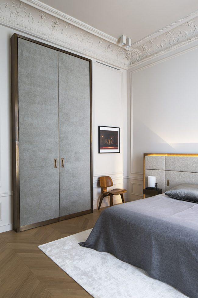 Высокие серые двери в одной стилистике с интерьером спальни