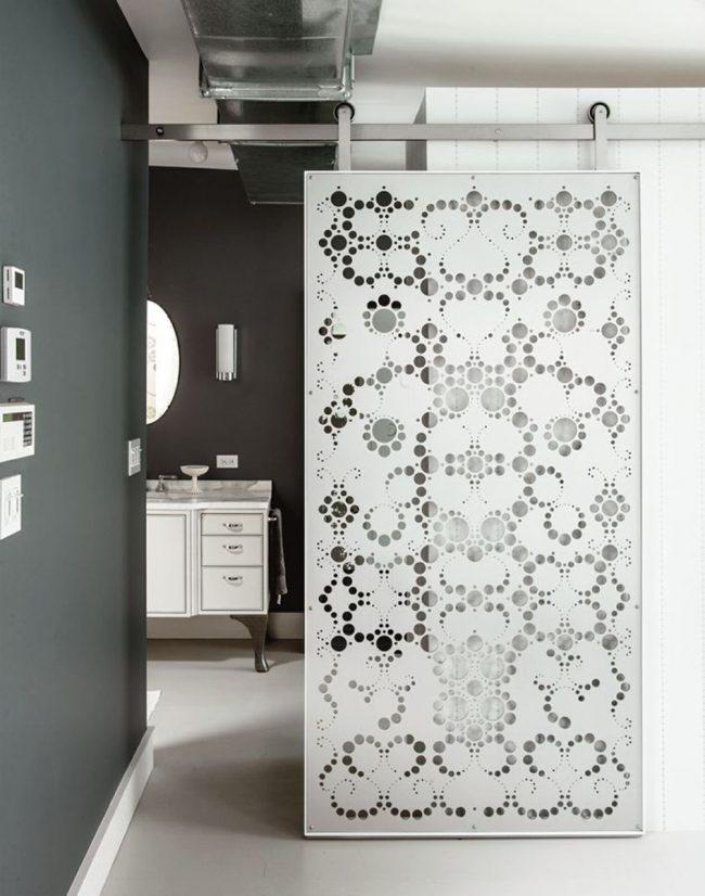Декоративная дверь, зонирующая пространство