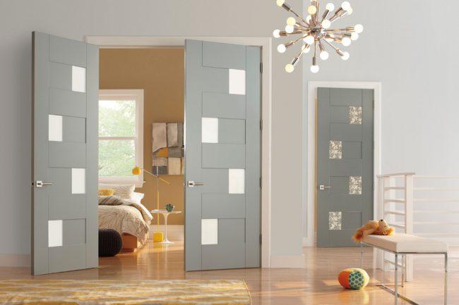 Итальянские двери в серых тонах, украшенные матовыми витражами