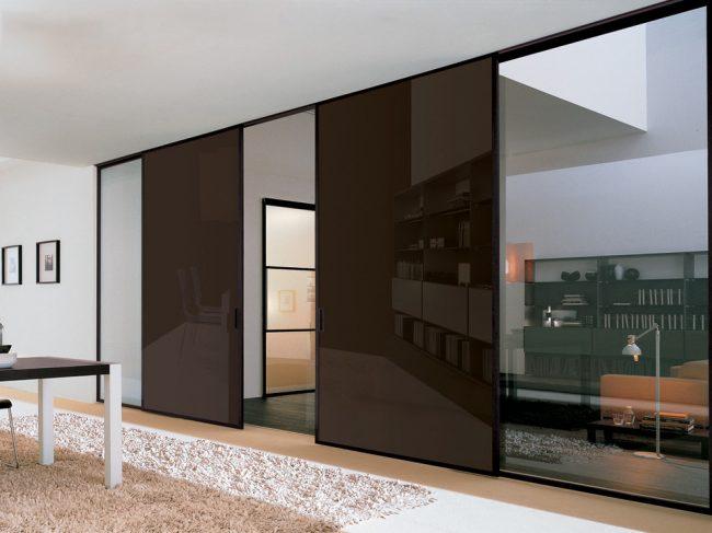 Раздвижные глянцевые двери со стеклянным продолжением