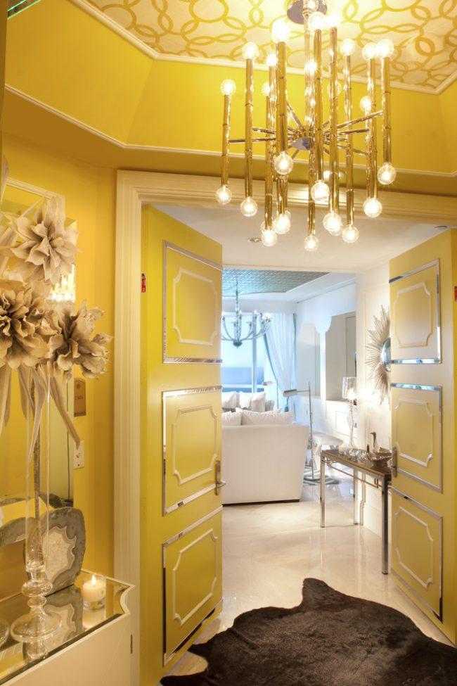 Итальянские межкомнатные двери: необычная цветная дверь, украшенная золотым молдингами