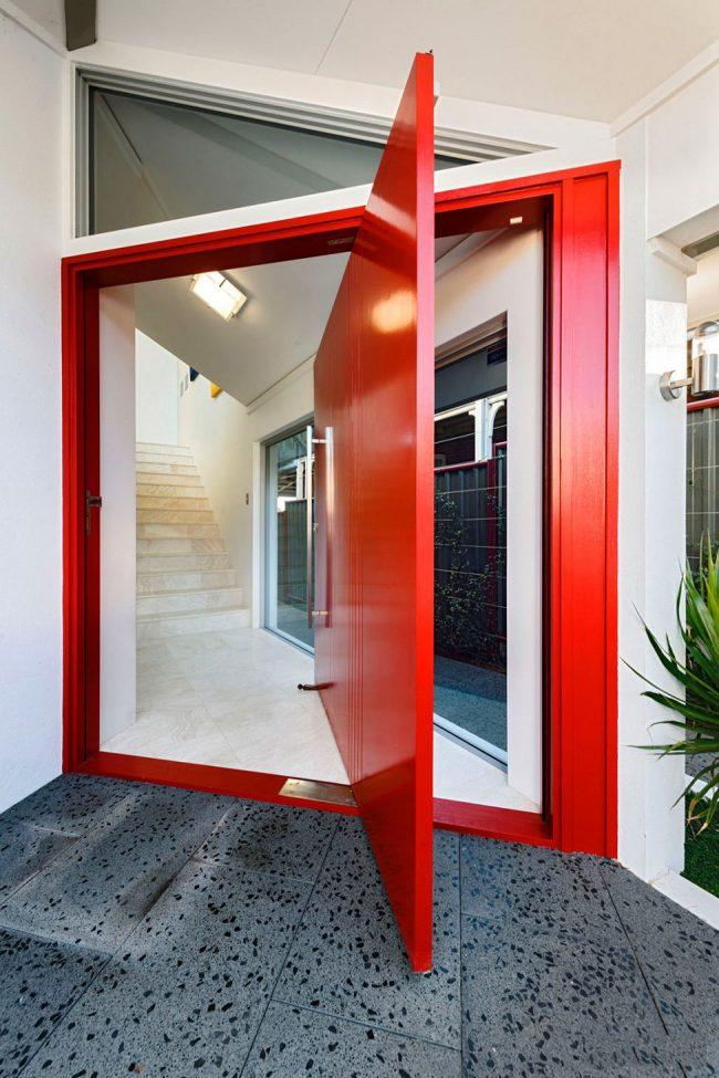 Современные стильные двери с интеерсной конструкцией открытия
