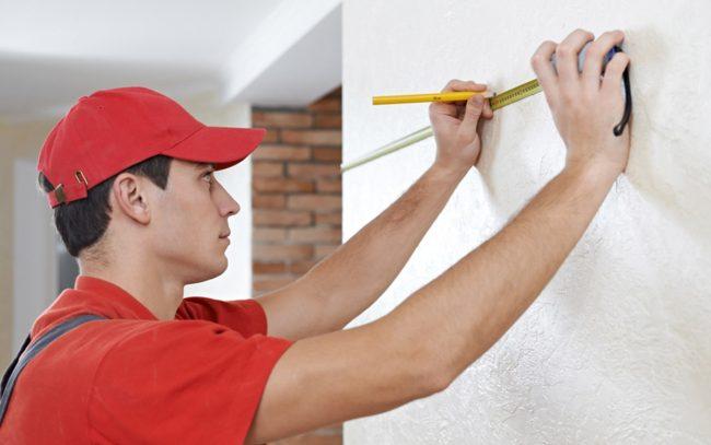 Обязательно сделайте ориентировочную отметку для первой полосы обоев на стене
