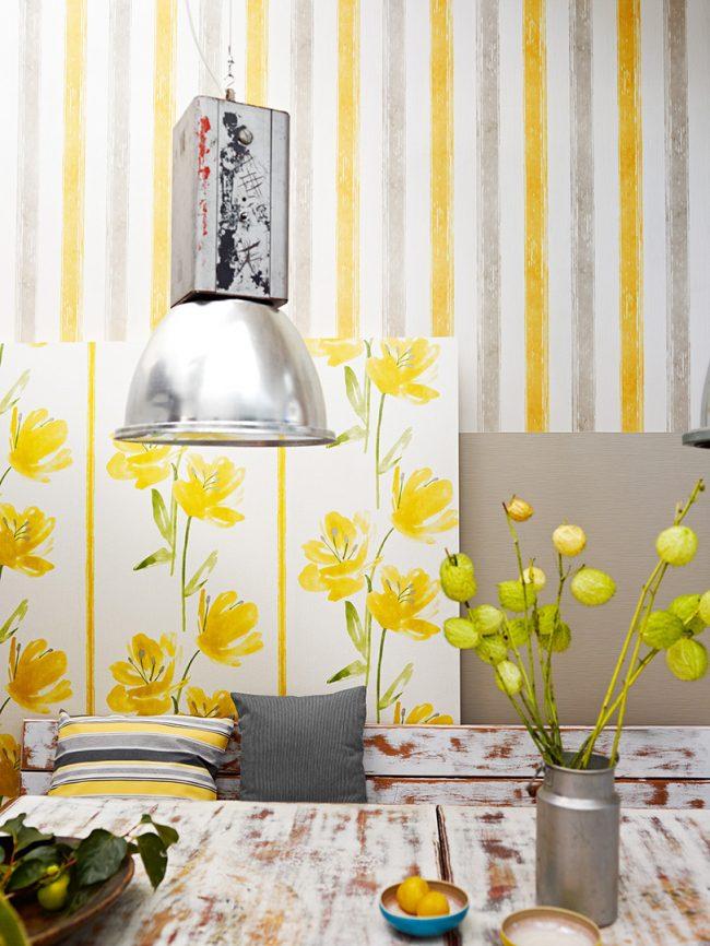 Легкая светлая гостиная с яркими сочными акцентами желтого цвета в интерьере
