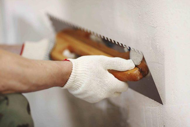 Далее - покрытие стен слоем штукатурки